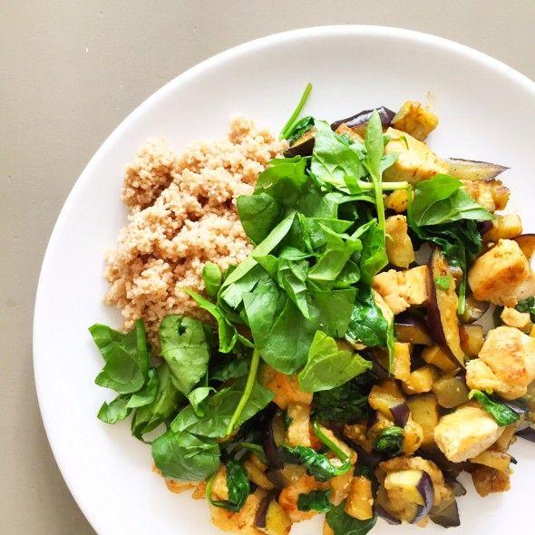 """Soms is simpel en snel, zo onverwachts lekker. Zoals mijn lunch van gister. Het was weer een gevalletje """"wat ligt er in de koelkast, wat kan ik maken?"""" En dat werd gegrilde kip, aubergine en spinazie"""