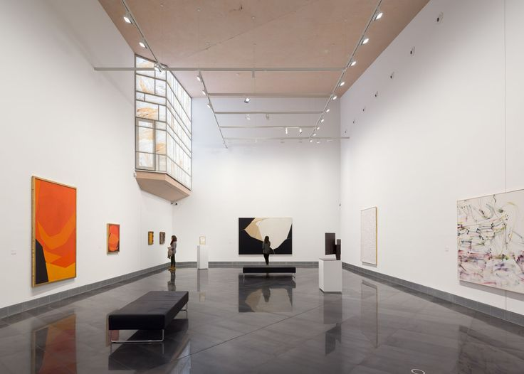 The Museum houses the University's art and photography collection as weel as an auditorium for performing arts.         The program is distributed along different social spaces hosted in series of concrete boxes and includes an accessible roof terrace.