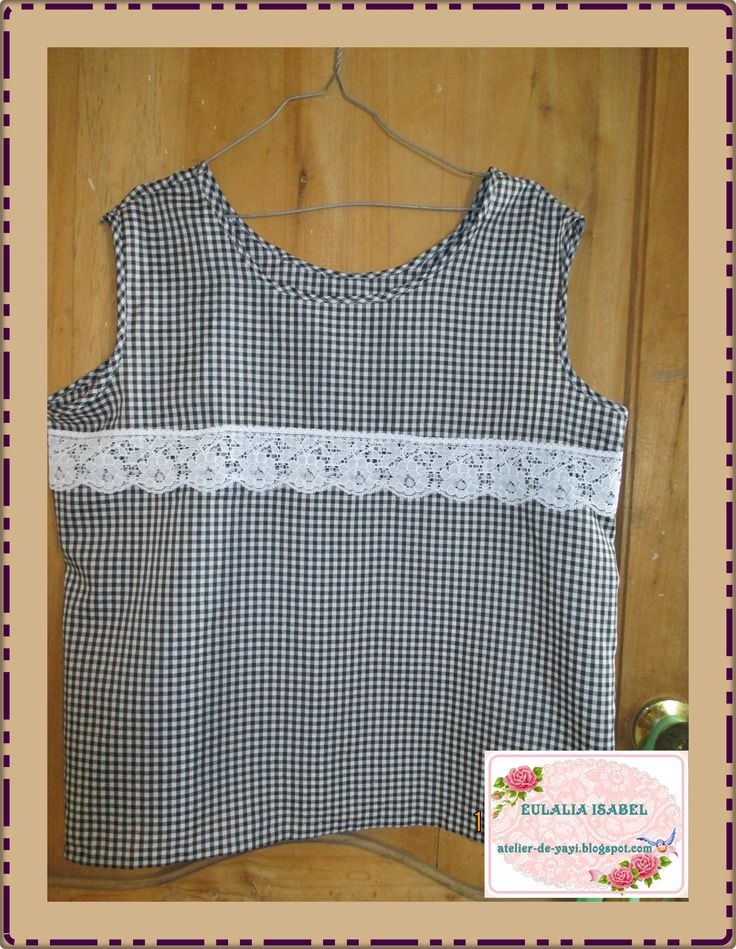 Blusa sport,sin mangas,  confeccionada en tela de hilo , cuadritos negro con blanco y  adornada con encaje en el frente