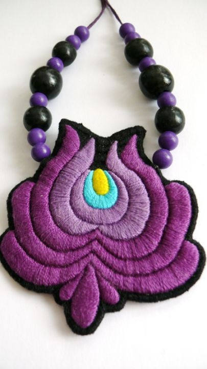 Matyó hímzésű nyaklánc by http://www.breslo.hu/Mokavicka/shop