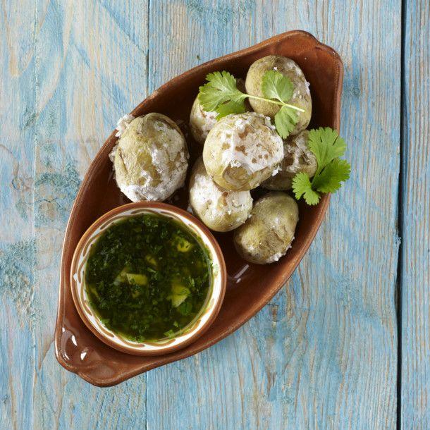 Unser beliebtes Rezept für Tapas: Runzel-Kartoffeln mit Kräutersoße (Patatas arugas con Mojo verde) und mehr als 55.000 weitere kostenlose Rezepte auf LECKER.de.