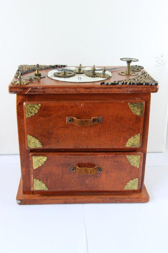 Scatola porta oggetti con due cassetti in stile Steampunk, interamente realizzata a mano con quadrante e ingranaggi antichi. Veramente unica. Dimensioni: cm 17x18x11