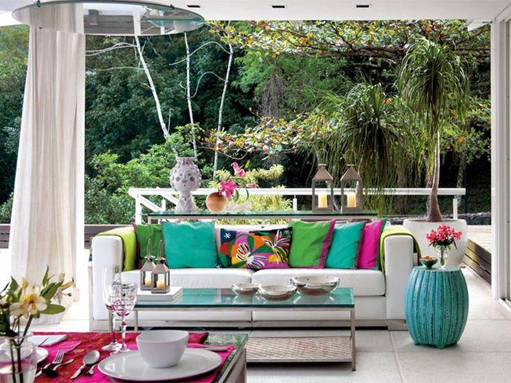 A moda de trazer a mobília do jardim para decorar a casa vem sendo a preferida entre os decoradores e faz parte dela os puffs de cerâmica, ou seat garden chinês.