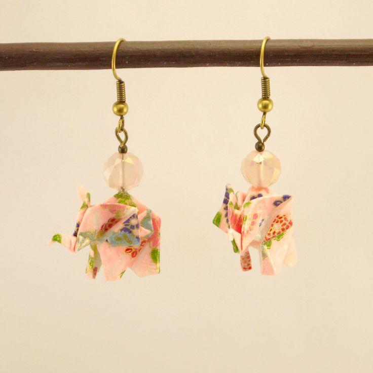 Boucles d'oreilles Eléphant en origami en papier Yuzen multicolore et multi-motif, perle en verre facettée rose poudrée : Boucles d'oreille par geb-et-nout