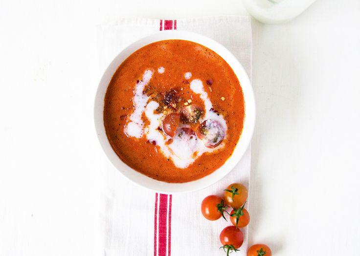 Tomatensoep met geroosterde paprika en kokosmelk