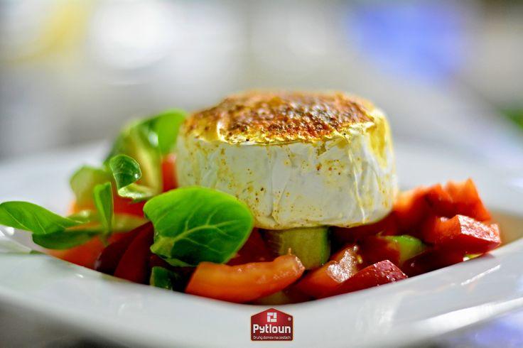 Nejen v letním období pro vás připravujeme lehké pokrmy. Grilovaný hermelín na čerstvém salátu je jedním z nich! #food #pytloun #hodkovicka206 #czechcuisine