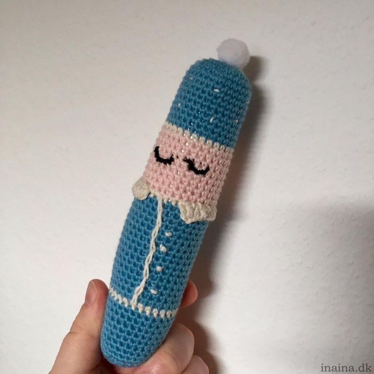 Mester Jakob hækles oppefra og ned i 8/4 bomuldsgarn med hæklenål 2,5. Du skal bruge følgende: Garn i lys blå, sort, hvid og hudfarve Stegepose for knitreeffekt Fyld (jeg bruger en pude fra …