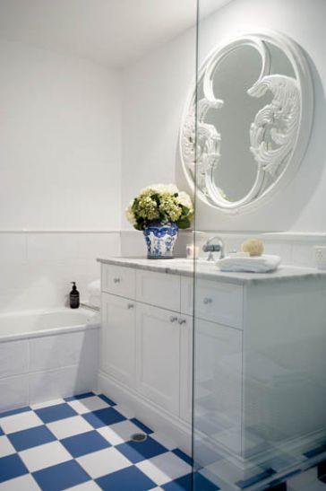 Łazienka w stylu prowansalskim, czyli mała Francja w Australii. Pozostała część domu również zasługuje na uwagę – sprawdź wszystkie zdjęcia TUTAJ. Fot. Simon Kenny/ Content Agency #łazienki #mała #aranżacje #projekty #urządzanie #wnętrz #hiszpania #świat #zagraniczne #wanna #kafelki #płytki #ściany #podłogi #inspiracje #drewno #pomysły #bathroom #ideas #world #francja #bath #room #design #modern #style