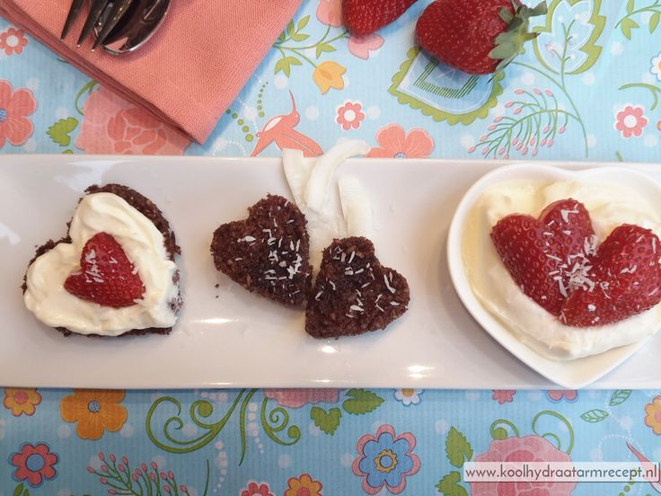 Koolhydraatarm smullen: een romantisch Valentijnsdag toetje met een kopje takkenthee en een kleffe zoen. Hapjes met chocola en aardbei, volmaakt geschikt!