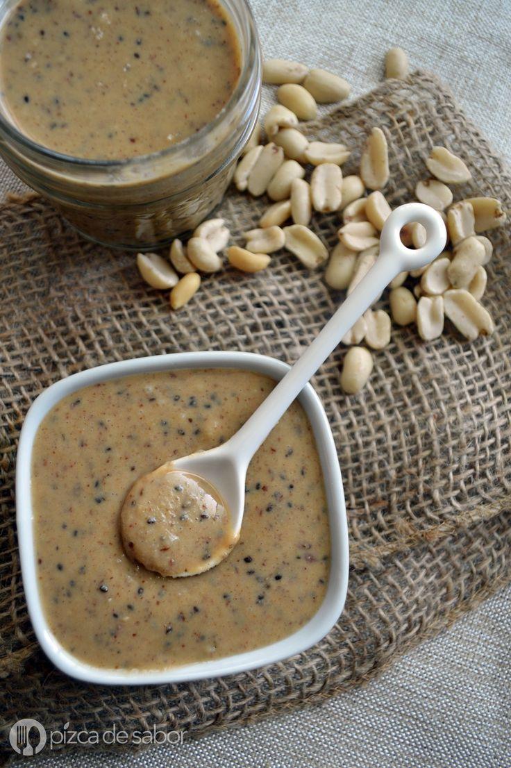 Una deliciosa y saludable crema de cacahuate casera (peanut butter) a la que le agregamos semillas de linaza, chía, canela y la endulzamos con maple o stevia.