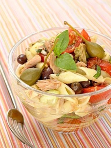 poivre, concombre, oignon rouge, tomate, câpres, artichaut, vinaigre balsamique, huile d'olive, mozzarella, ail, olives, pâtes, tomate cerise, sel, thon, basilic