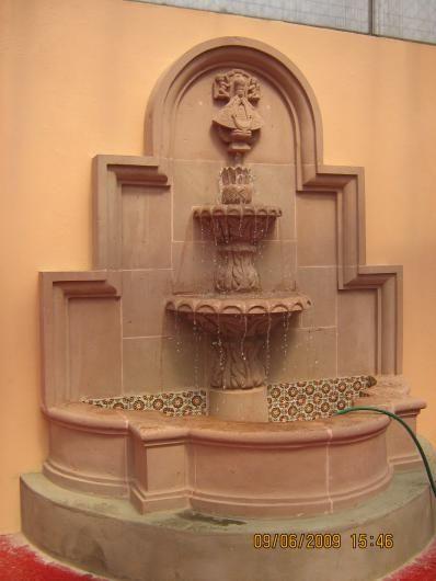 Fuentes de agua de pared buscar con google dise o for Cascadas para jardin piedra