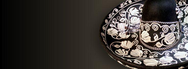 Sombrero con copa de piloncillo Tardan Principios siglo XX Pelo de nutria o castor, bordado con hilo de seda en copa y ala, chapetas de rosetos de hilo de seda. Colección Jorge Malo Lugo