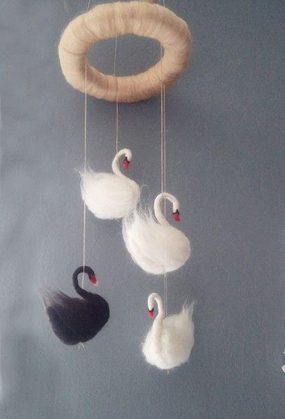 Traumfänger & Mobiles - ** Märchenhaftes Mobile** nadelgefilzte Schwäne - ein Designerstück von Giodali bei DaWanda
