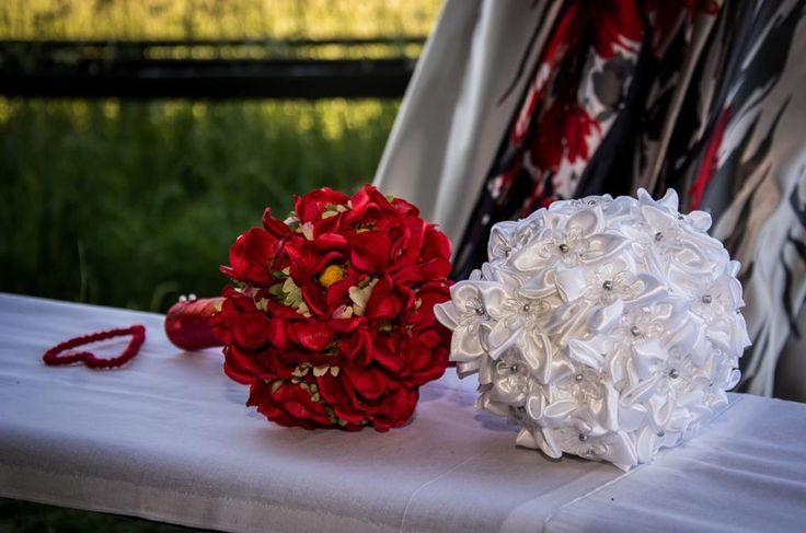 Svatební kytice - bílá pro svědkyni a červená byla moje