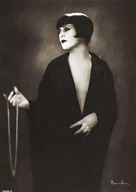 Lya DePutti: a atriz húngara também era conhecida por seus papéis de vamps no cinema mudo. muitas vezes usava o cabelo escuro curto, em um estilo semelhante ao de Louise Brooks ou Colleen Moore.