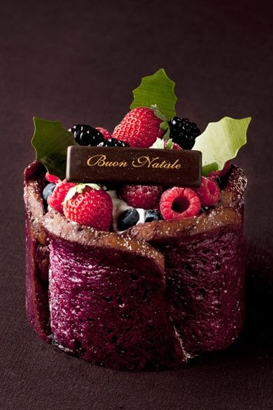 Berry Pudding Christmas Cake at Grand Hyatt Tokyo. Photo courtesy of Web Magazine Openers. #LivingGrand | Grand Hyatt
