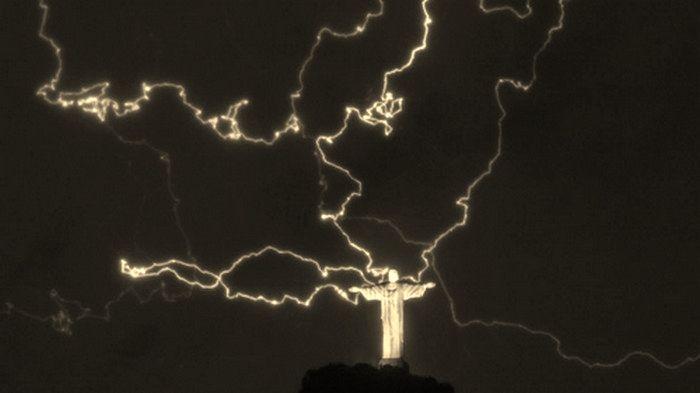 Dio spezza con un fulmine un dito della statua del Cristo Redentore Un fulmine ha spezzato un dito della mano destra della famosa statua del Cristo Redentore, a Rio de Janeiro. Che dice la Scritt…