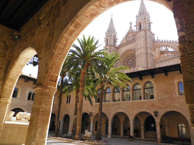 Palacio Real de la Almudaina. Patio principal Palma de Mayorca España.