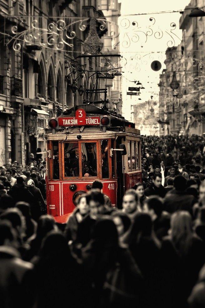 İstanbul biraz da müthiş bir kalabalıkla içiçe yaşamak demek