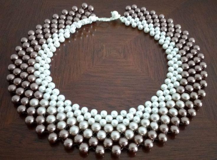 Maxi colar de pérolas de vidros cor de prata velha, bege e bronze. Técnica de entrelaçamento