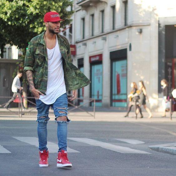 Dicas para usar Camuflado, Como usar Camuflado? Macho Moda - Blog de Moda Masculina: CAMUFLADO: Como Usar Peças Camufladas no Visual - 5 Dicas Fáceis. Camuflado masculino, Roupa Camuflada, Roupa Camuflada Masculina, Boné Vermelho, Camisa Camuflada, Camiseta Branca Longline, Calça Jeans Rasgada, Tênis Nike Vermelho
