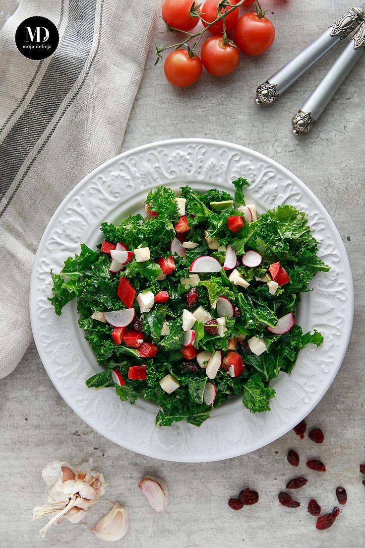 Sałatka z surowego jarmużu z rzodkiewkami, żurawiną, mozzarellą, czerwoną papryką, polana dressingiem miodowo-musztardowym z ząbkiem czosnku.  // Raw kale salad with cranberries, radishes, red peppers and mozzarella cheese #healthy #fit #diet #food #foodporn #photography #raw #salad