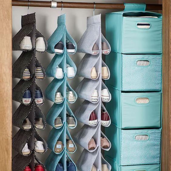 Para organizar-se: pendure tudo! Se o problema é espaço, use guarda sapatos daqueles que são pendurados como cabides e invista em organizadores no mesmo estilo