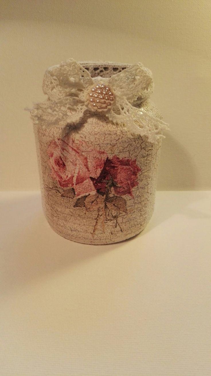 Glazen potje versierd. Beplakt met servet en daarna afgewerkt met band en bloem. Eerst geschilderd, gecrackled en daarna witte verf erover, dan krijg je dit als resultaat.