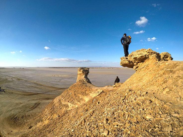 Ong Jemal situa-se na orla do Chott el Gharsa, um dos lagos salgados da Tunísia, que se estendem entre o Golfo de Gabés até à fronteira com a Argélia.