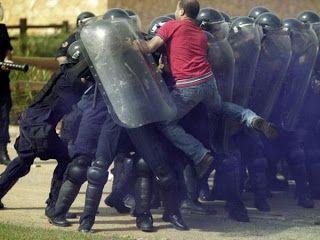 Grappigste foto's van politie: betoger springt op mobiele eenheid