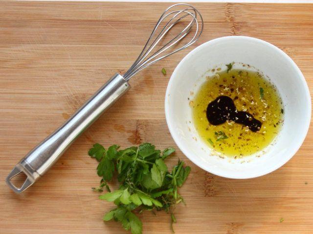ARROSTICINI CON VERDURE ALLA GRIGLIA 5/5 - Preparate il condimento: tritate il timo e il rosmarino, mescolate un pizzico di sale e pepe con l'aceto, aggiungete le erbe, il coriandolo e l'olio quindi mescolate gli ingredienti e spennellate con il composto ottenuto le verdure e gli arrosticini.