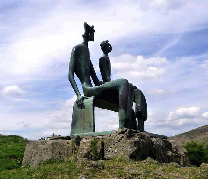 Генри Мур (1898-1986) Британский художник и скульптор. Был брежу с  Барбарой Хэмпворт и эта дружба оказала заметное влияние на мировую скульптуру. Оба художника видели и чувствовали первобытную мощь ландшафта.