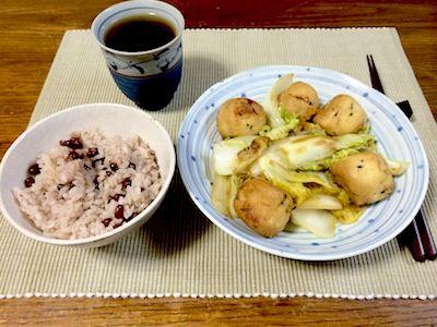 白菜とガンモドキを炒め煮この白菜は伏見産のサラダ白菜という小振りのものです。何かアンディーブと白菜の中間みたいな感じ。ご飯は小豆ごはん