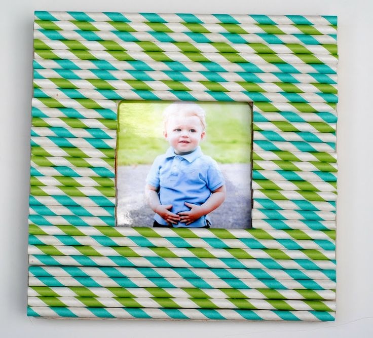 Make a Stripey Straw Frame! Perfect for summer photos and easy enough for the kids too. #kids #frames #kidscrafts www.makinglemonadeblog.com