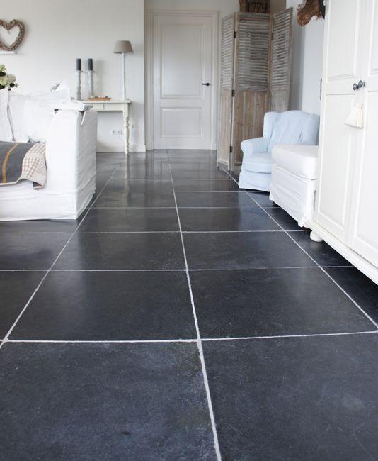 """Een prachtige Leisteen: Harappa Stone Black """"Anticato"""" 60x60x2 cm. Van den Heuvel & van Duuren leverde en verwerkte hier ook 20x20x1,5 cm Harappa Stones in de badkamer. Prachtig toch?"""