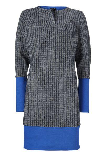 Åh Dina, en kjole der du bare har lyst til at bo i. Den er lavet af kraftig mørkegrå sweat med marine blå firkanter og kobolt rib kanter.