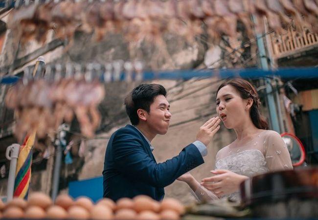 Gambar Kahwin Kreatif Thailand Berasaskan Makanan Jalanan   Gambar: Facebook Sanit Nithikultanon  Sekarang kan musim perkahwinan jadi pasti ramai pengantin dan jurugambar yang mencari idea-idea baru untuk meraka detik-detik indah bersempena majlis bahagia itu.  BACA: 10 Gambar Kenduri Kahwin Zaman Dulu-dulu  Kami cadangkan anda boleh adaptasi idea gambar-gambar kreatif terbaru yang diambil oleh jurugambar sosial media terkenal Thailand Sanit Nithikultanon yang telah memuat naik portfolio…