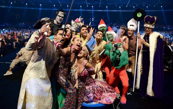 """Yes! We're sure you saw it! That is one of the most popular selfie at the MTV VMA – Miley Cyrus and her group aaaand the picture is taken with a selfie stick! See how """"large"""" a selfie picture can b..."""