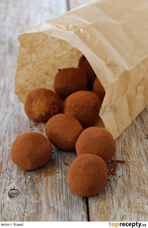 Kávové lanýže 250 g bílé čokolády 50 g másla 100 ml smetany na šlehání 4 g (1 lžíce) rozpustné instantní kávy