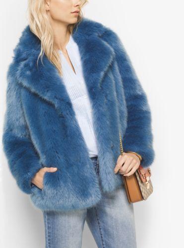 Rinde homenaje al estilo mod con este abrigo marinero de piel sintética inspirado en los años sesenta. Este exclusivo diseño aporta una textura rica a los tonos azules del tejido denim y a los accesorios neutros de la temporada. Combínalo con cualquier prenda, desde vestidos camiseros ajustados hasta faldas vaqueras.