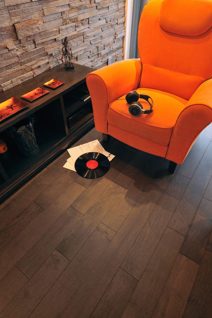 Souvent présent dans des décors plus traditionnels, le bois peut aussi s'intégrer à des designs plus jeunes et urbains! Ce superbe revêtement en érable en est un bon exemple!