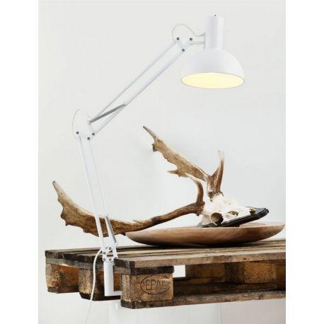 La lampe de bureau articulée Arki est un objet multi-fonctions. Avec ses trois systèmes de fixation, ce luminaire convient à toutes les pièces. On peut simplement le poser sur un bureau ou une table de nuit, le fixer en applique sur un mur ou encore le fixer sur un meuble grâce à sa pince.
