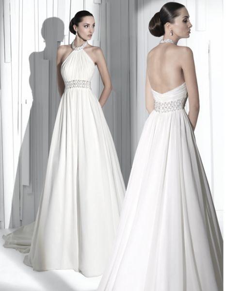 Vestido de Novia de corte clasico con bonito escote tipo halter.