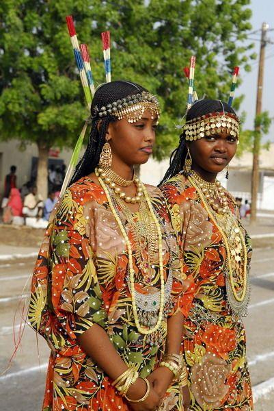 Afar girls in Djibouti.  Me inclino hacia lo tradicional,  Como son por ejemplo los trajes Regionales y típicos de cada País.