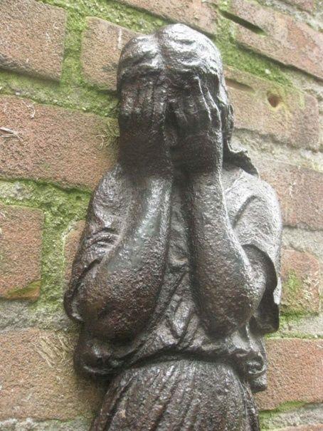 Prachtig en bijzonder (graf)ornament huilend meisje - Gietijzer - Eerste kwart vorige eeuw