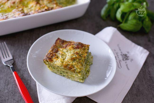 Le lasagne al pesto sono un primo piatto primaverile saporito realizzato con strati di sfoglia di pasta all'uovo, besciamella e pesto genovese
