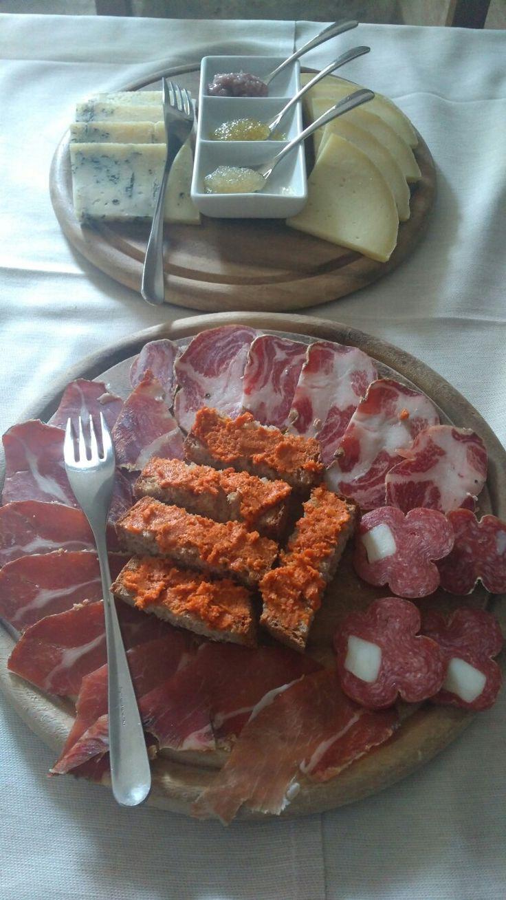 Antipasto freddo selezione di salumi e formaggi abruzzese con salse