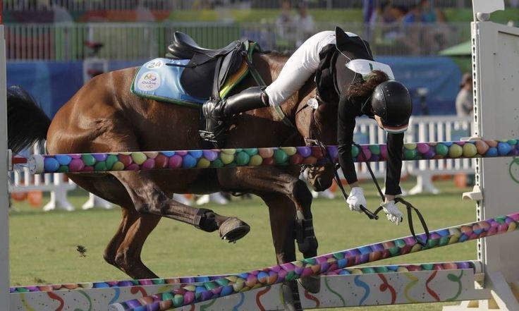 A atleta da Hungria, Zsofia Foldhazi, sofre com o refugo de seu cavalo na prova de Hipismo do Pentatlo Moderno Foto: Kirsty Wigglesworth / AP