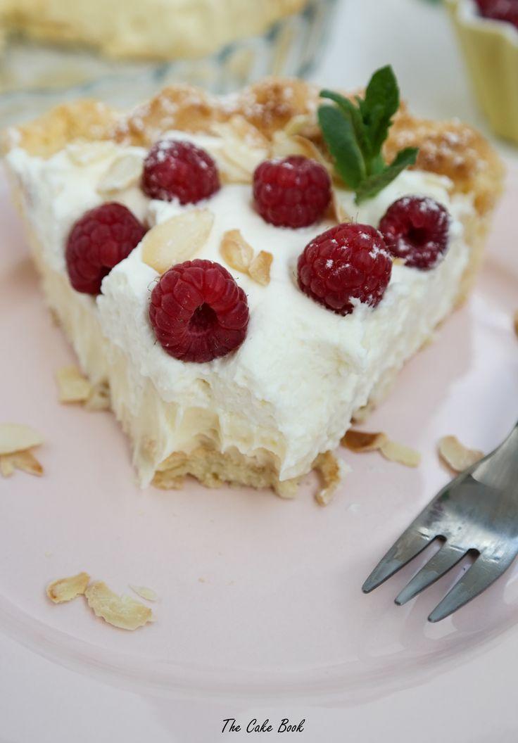 Tarta z ciasta parzonego z kremem budyniowym, bitą śmietaną i malinami